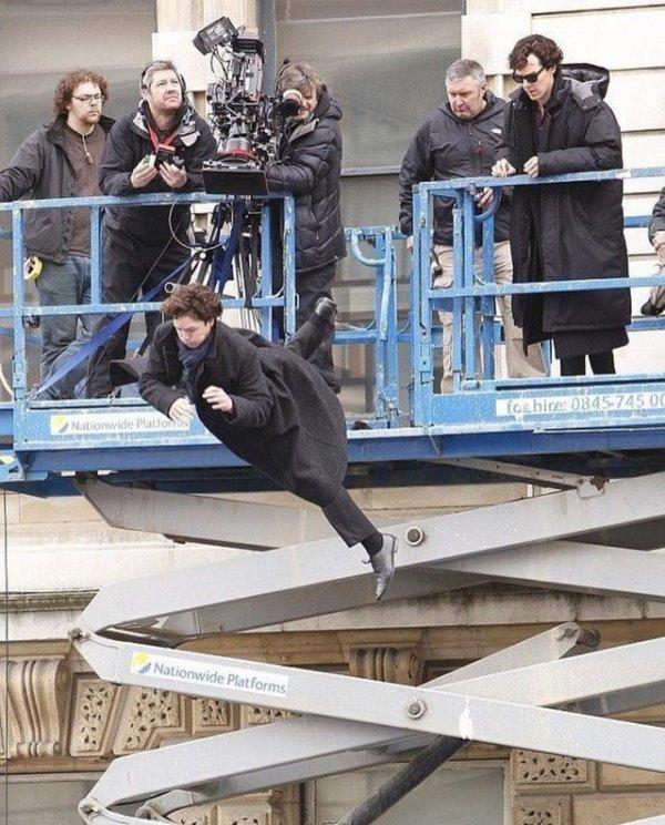 Бенедикт Камбербэтч наблюдает за тем, как его дублёр прыгает с крыши