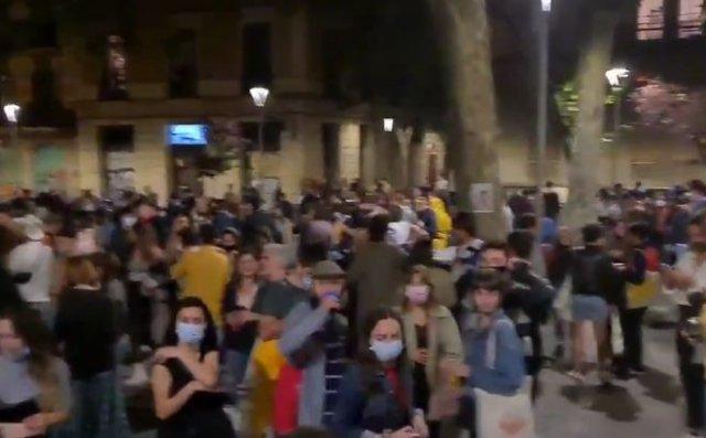 В Испании люди массово празднуют снятие карантинных ограничений - пришлось вмешиваться полиции