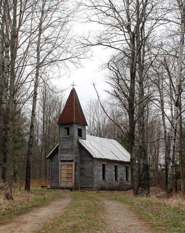 Заброшенная церковь в сельской местности Среднего Запада