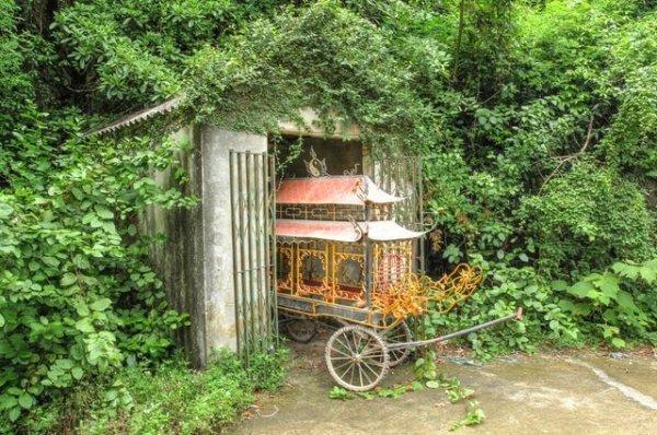 Давно забытый погребальный экипаж, который я нашёл в заросшем сарае во Вьетнаме