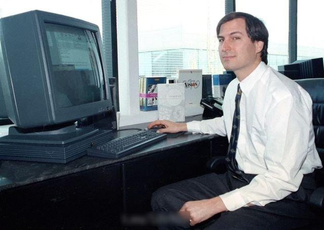 Стив Джобс позирует для прессы со своим компьютером NeXTstation, апрель 1991 года.