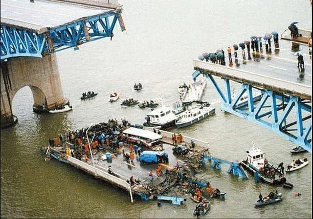Центральная часть моста упавшая в р. Хан, Южная Корея, Сеул, 1994 г.