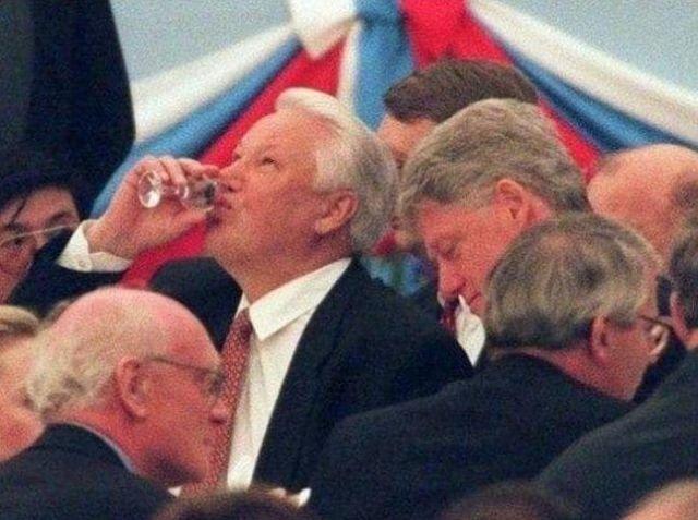 Президент России Борис Ельцин приветствует гостей на приеме глав государств в Кремле. 9 мая 1995 г.