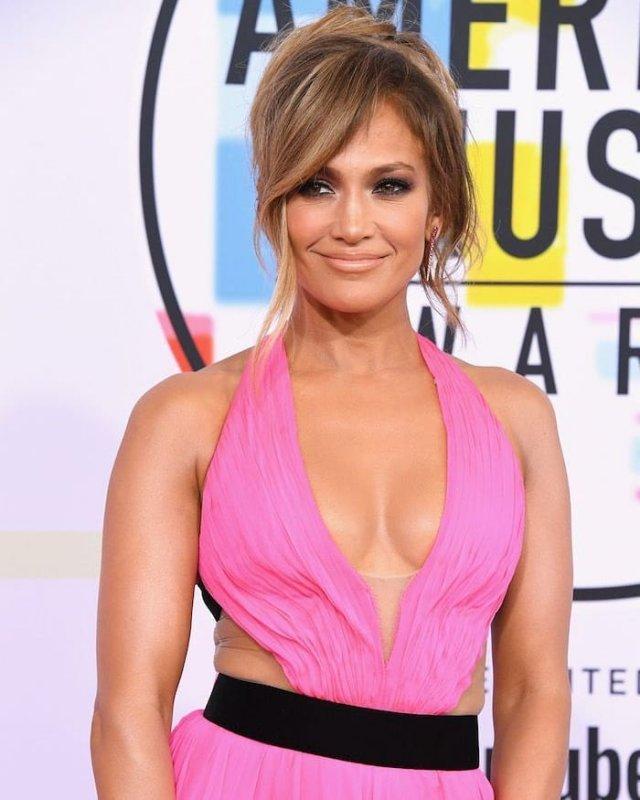 Дженнифер Лопес в розовом платье с декольте