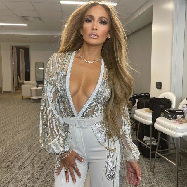 Дженнифер Лопес в белом костюме с открытой грудью
