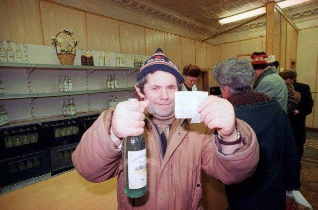 Счастливый обладатель бутылки водки, купленной по талонам во время антиалкогольной кампании. СССР, конец 1980-х.