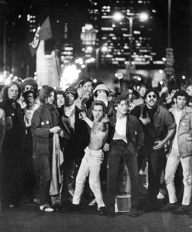 Антивоенные демонстранты протестуют перед Национальным съездом Демократической партии 1968 года в Чикаго