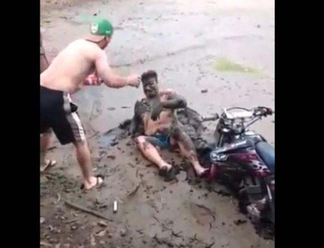 Эпичный фейл: трюк на мотоцикле закончился грязевыми ваннами