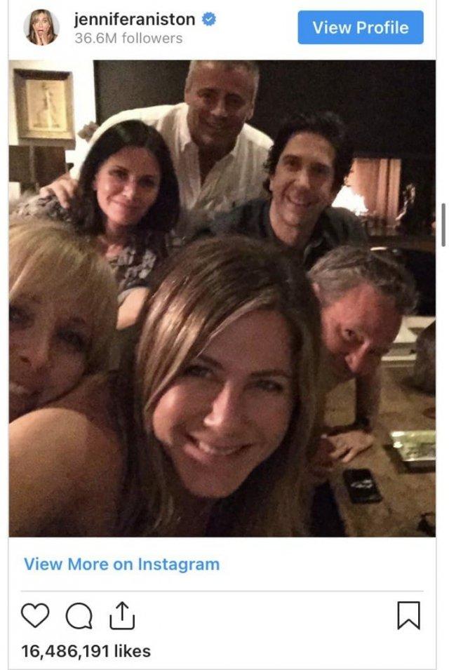 """Приход Дженнифер Энистон в Instagram получился громким. Она опубликовала снимок с героями сериал """"Друзья"""" - и за 5 часов получила 1 миллион подписчиков, а за день - 11 миллионов. Само фото лайкнули 16,4 миллиона раз."""