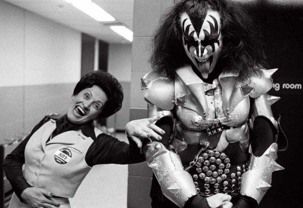 Джин Симмонс из группы Kiss со своей мамой Флорой Кляйн перед концертом в 1977 году