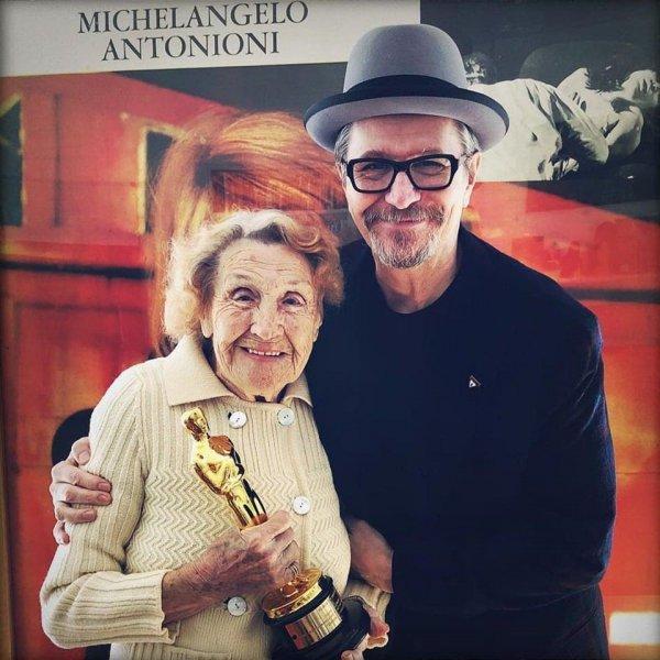 98-летняя мама Гэри Олдмана Кэтлин держит первый «Оскар» своего сына