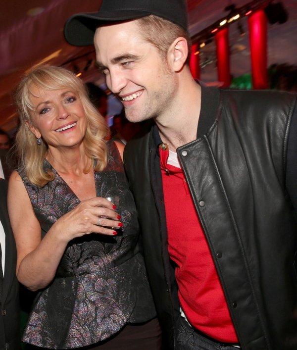 Роберт Паттинсон с мамой Клэр