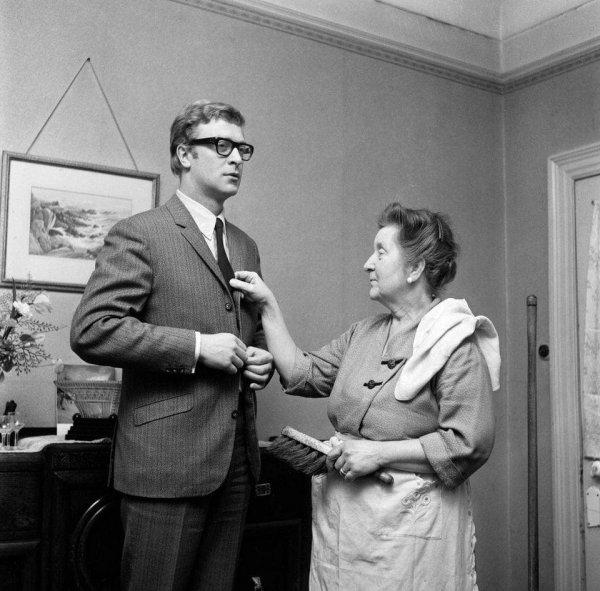 Майкл Кейн дома с мамой Эллен Марией Бёрчелл, 1964 год