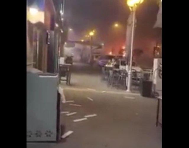Невозмутимый израильтянин ест шаурму, пока в нескольких метрах от него падают ракеты