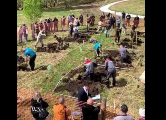 """""""Народные забавы"""": в Новосибирской области прошли соревнования по скоростному выкапыванию могил"""