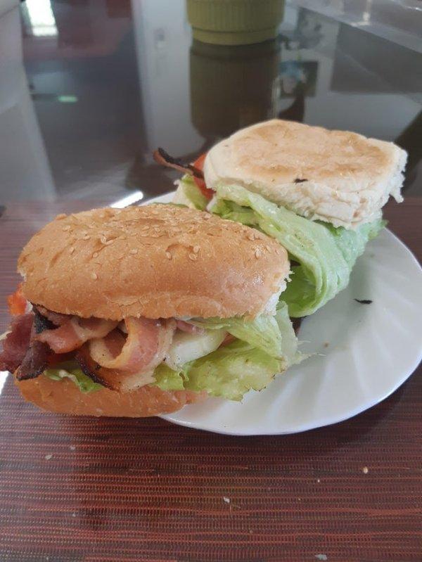 Если из бутерброда выпадает вообще всё, а не только бекон, пригодится листик салата