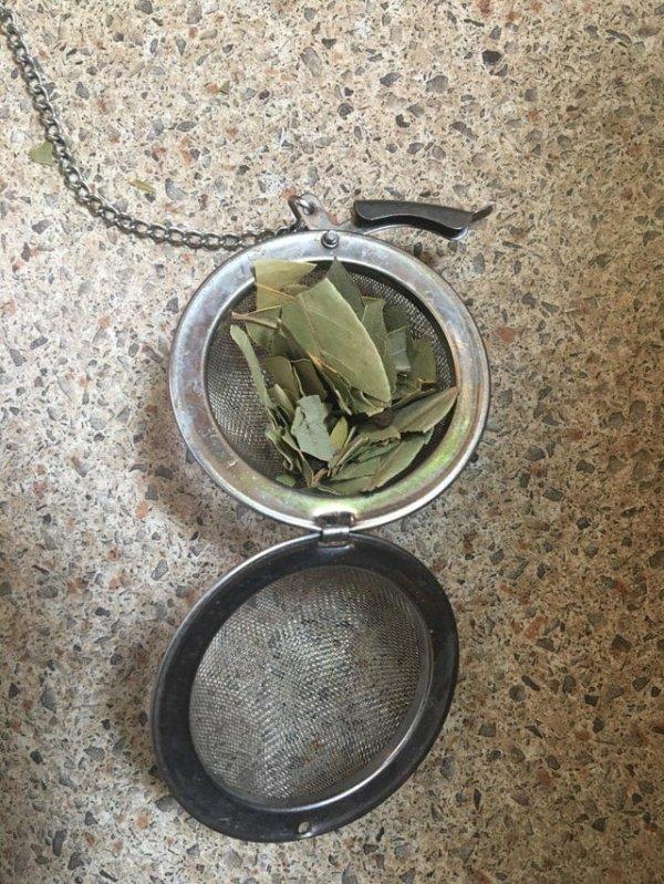 Ситечко для заваривания чая поможет использовать маленькие обломки лаврового листа