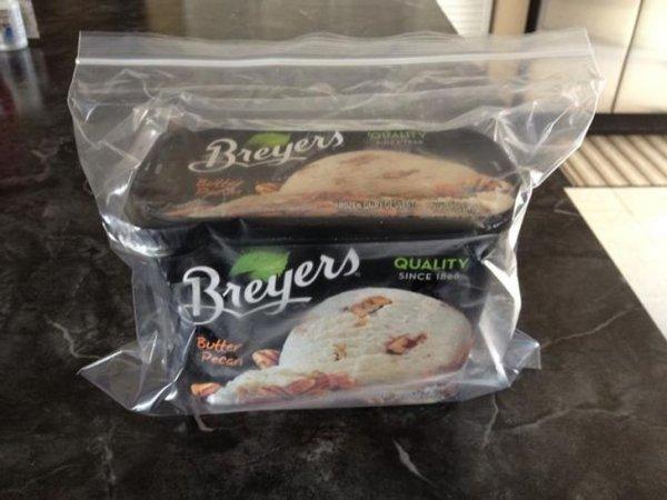 Чтобы мороженое не становилось слишком твёрдым в морозилке, положите его в пластиковый пакет