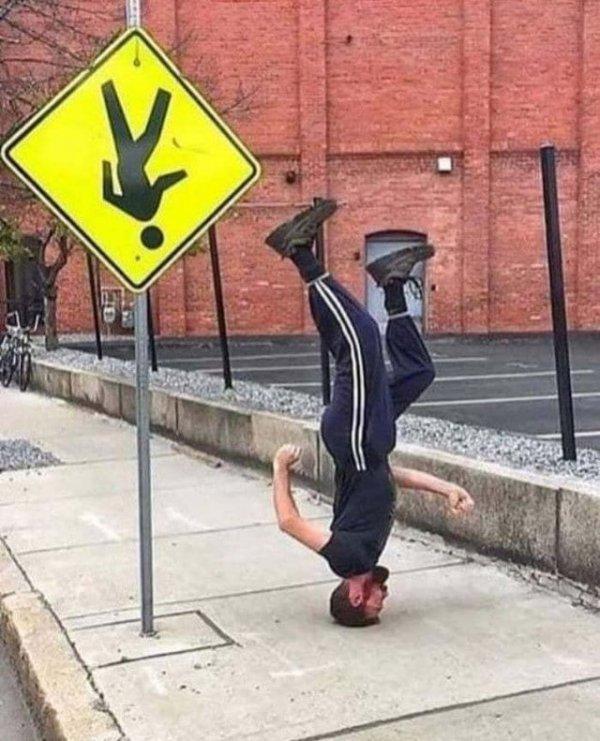 Знак против законов гравитации