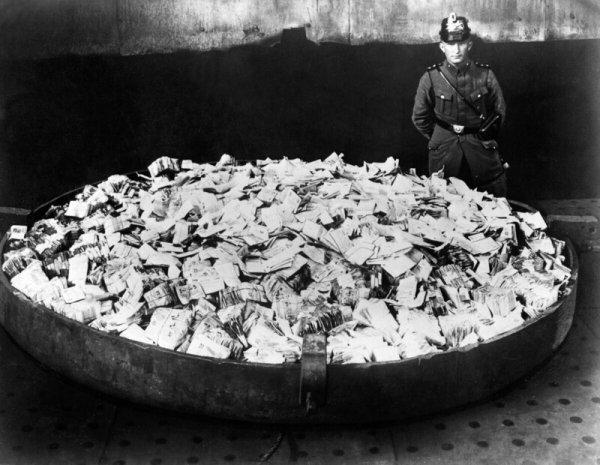Ненужные банкноты, собранные на сожжение, 1923 год