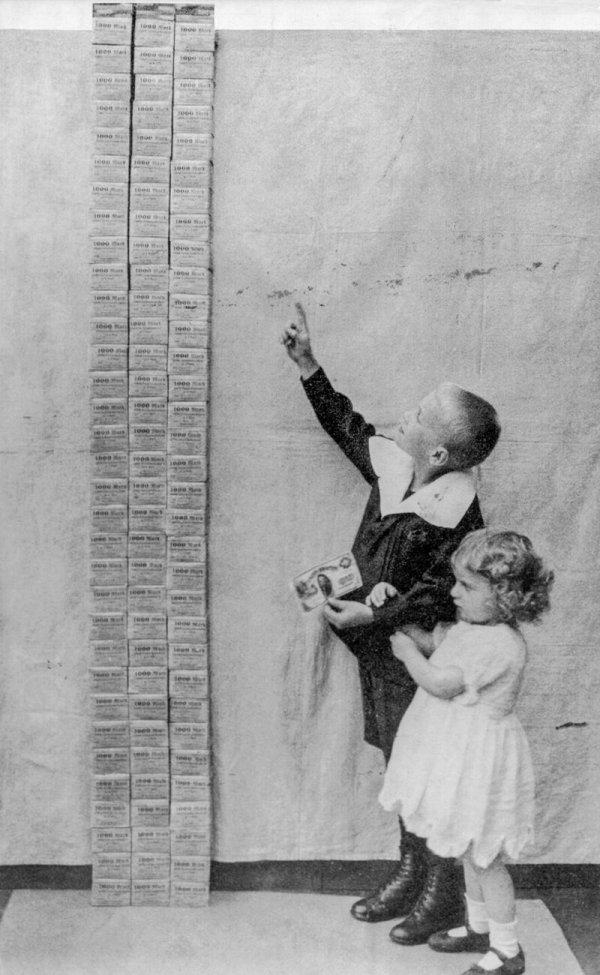 Дети стоят рядом с башней стоимостью 100 000 марок, равной одному доллару США, 1923 год