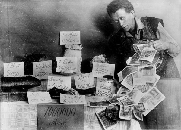 Показ чрезвычайно высоких цен на продукты питания во время гиперинфляции в Германии, 1923 год