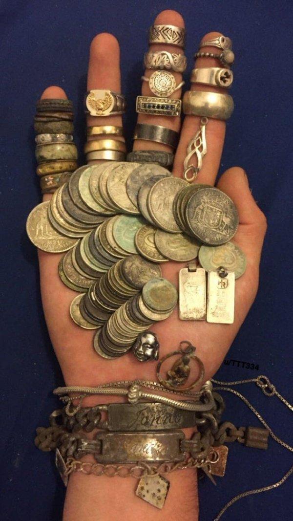 Коллекция из находок в Австралии, минус два кольца, которые вернулись хозяевам