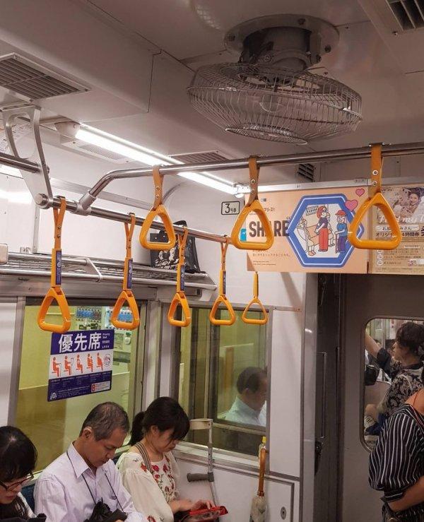 В некоторых вагонах метро нет кондиционера, зато имеется потолочный вентилятор