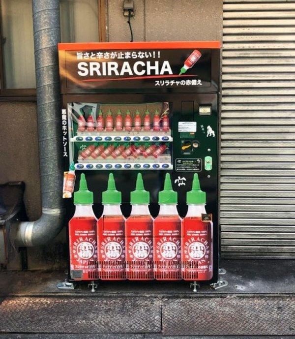 В этом автомате на улице можно купить бутылочку острого соуса шрирача