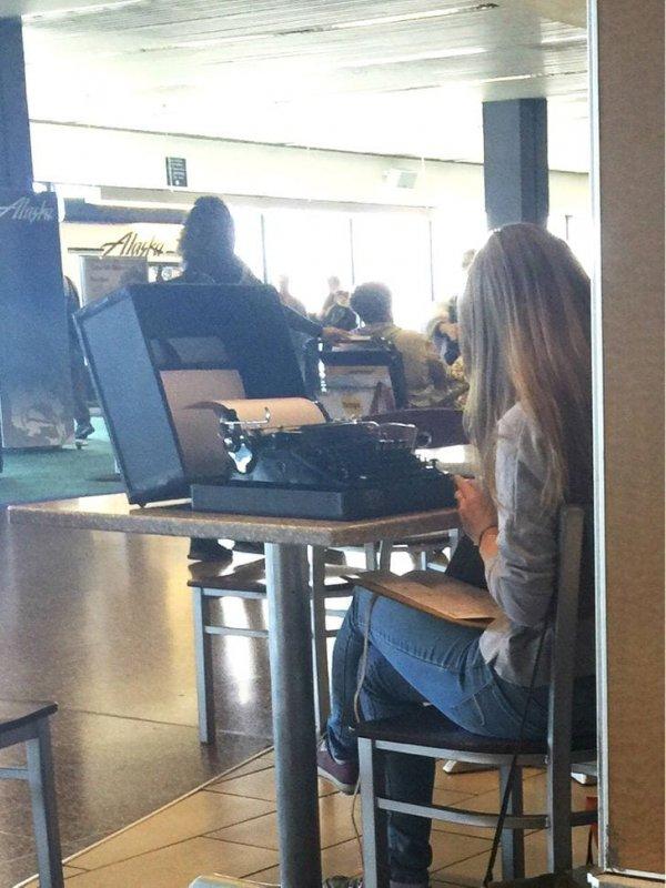 Аэропорты хороши тем, что всегда можно найти укромный уголок и спокойно поработать