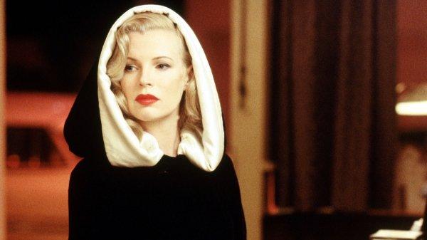 15 минут — Ким Бейсингер в фильме «Секреты Лос-Анджелеса» (1997)
