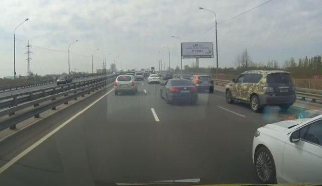 В Санкт-Петербурге мотоциклист помог машине скорой помощи