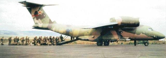 Российские военные грузятся в Ан-72П Особого Северно-Кавказского пограничного округа. Аэродром Грозный-Северный. Август-сентябрь 1995 года.
