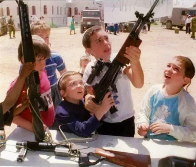 Дети в поселении Кирьят-Арба в День независимости Израиля знакомятся с оружием. 14 апреля 1994 года.