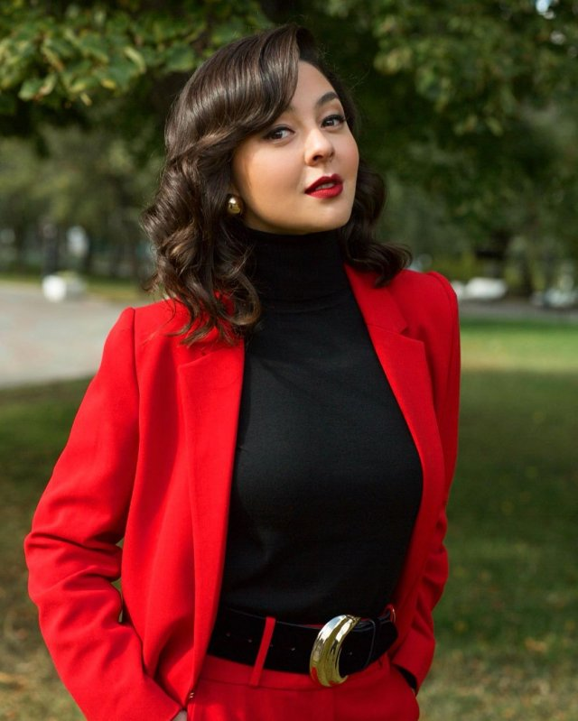 Марина Кравец - самая смешная женщина российского телевидения в красном костюме и черном топе