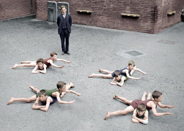 Школьники учатся плавать без воды, Англия, 1920 год.