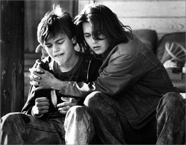 "Джонни Депп и Леонардо Ди Каприо во время съемок фильма ""Что гложет Гилберта Грейпа"", Техас 1992 год."