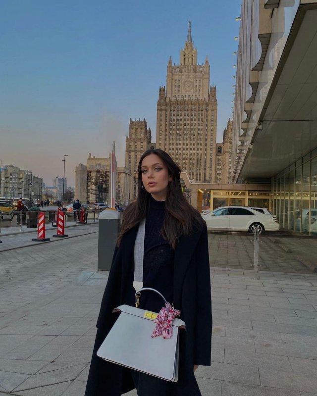 Внучка Иосифа Кобзона - Арнелла-Мари Раппопорт в черном пальто с сумкой