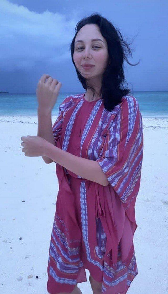 Фигуристка Елизавета Туктамышева на Мальдивах в красной рубашке