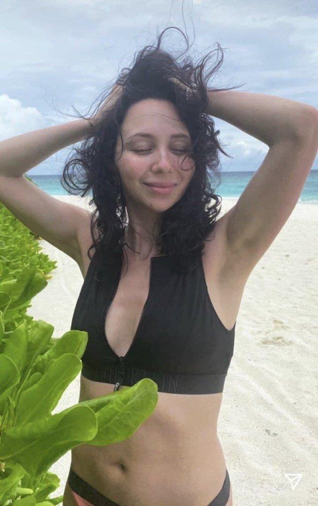 Фигуристка Елизавета Туктамышева на Мальдивах в черном купальнике