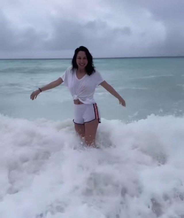 Фигуристка Елизавета Туктамышева на Мальдивах в белом костюме