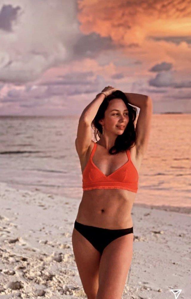 Фигуристка Елизавета Туктамышева на Мальдивах в оранжевом купальнике и черных трусах