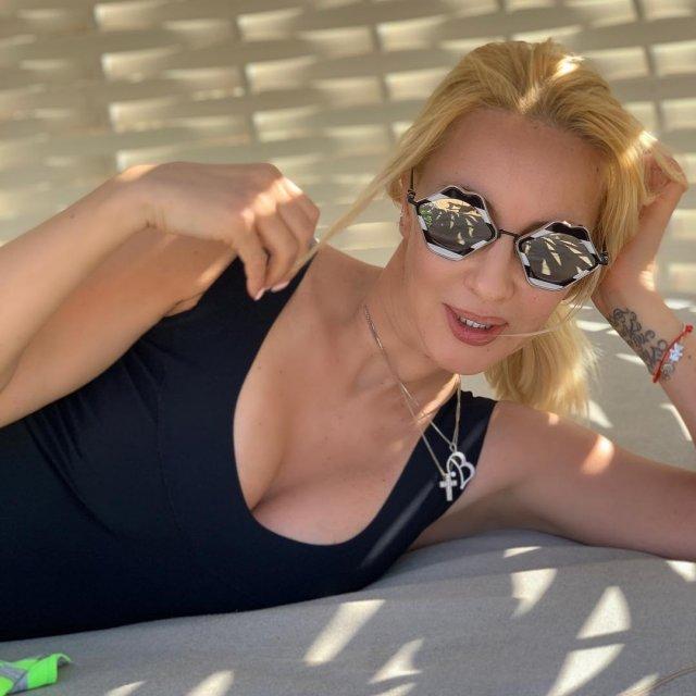 Телеведущая канала НТВ Лера Кудрявцева в черном купальнике