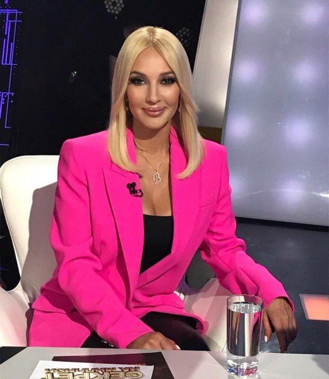 Телеведущая канала НТВ Лера Кудрявцева в розовом пиджаке и черной кофте