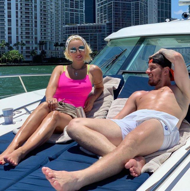 Телеведущая канала НТВ Лера Кудрявцева на яхте с мужем