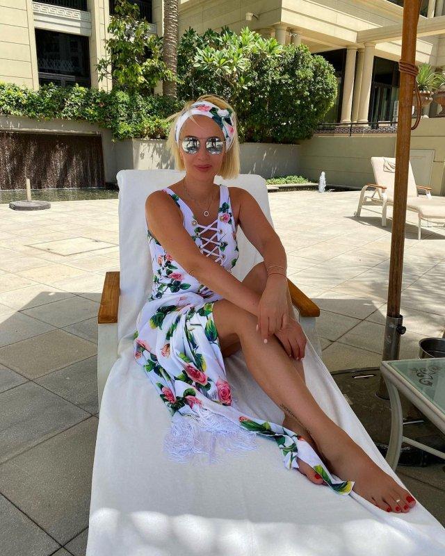 Телеведущая канала НТВ Лера Кудрявцева в белом платье на отдыхе