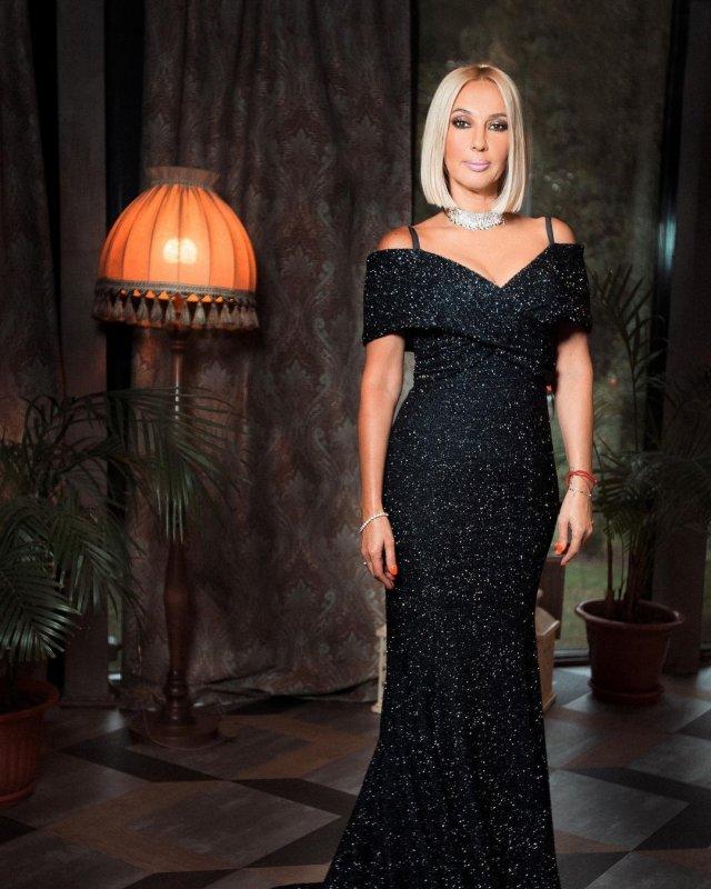 Телеведущая канала НТВ Лера Кудрявцева в черном платье