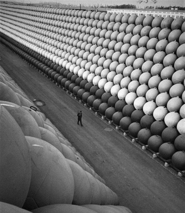 Склад металлических буев, которые поддерживали противолодочные сети во время Второй Мировой. 1953 год.