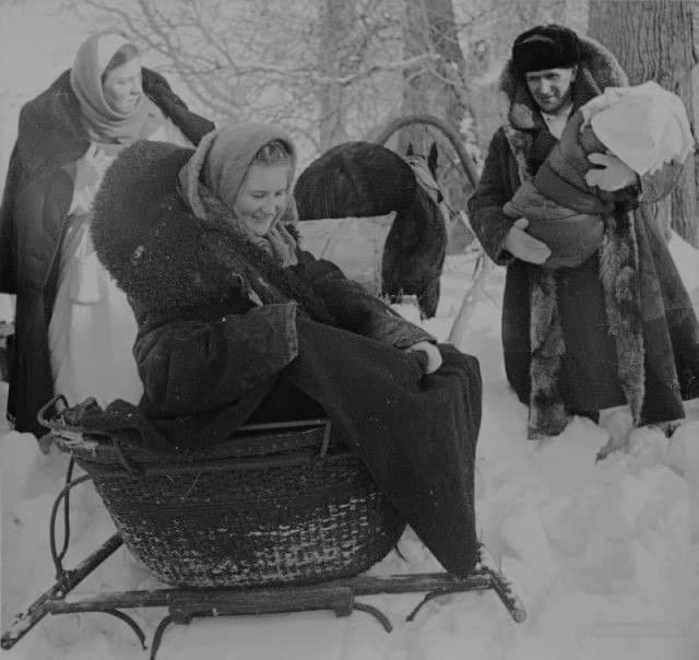 Муж забирает жену с ребёнком из роддома, 1950-е .