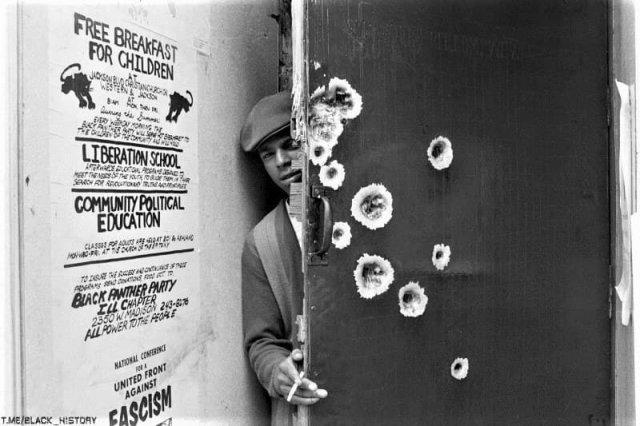 Офис «Черных Пантер» в афроамериканском квартале Чикаго. Полиция взяла его штурмом после того, как несколько полицейских получили ранения в результате стрельбы из верхних этажей здания. 1968 год
